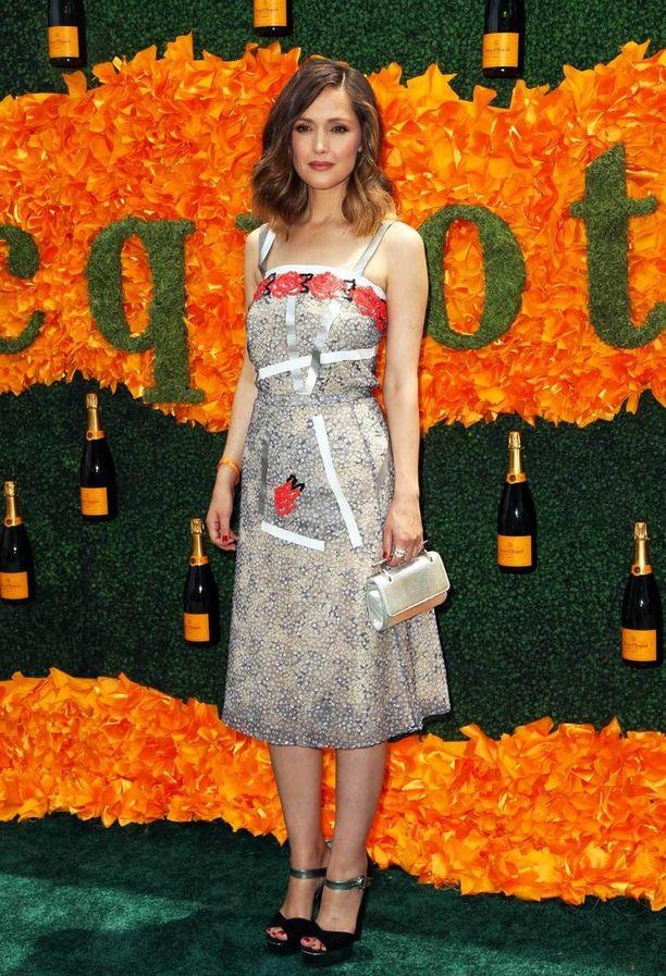 Näyttelijä Rose Byrnen mekko oli yksi juhlan upeimpia, mutta kahvallinen pikkulaukku vasta muodikkaalta näyttääkin. Erikoinen laukku riittää tekemään asusta kiinnostavan.