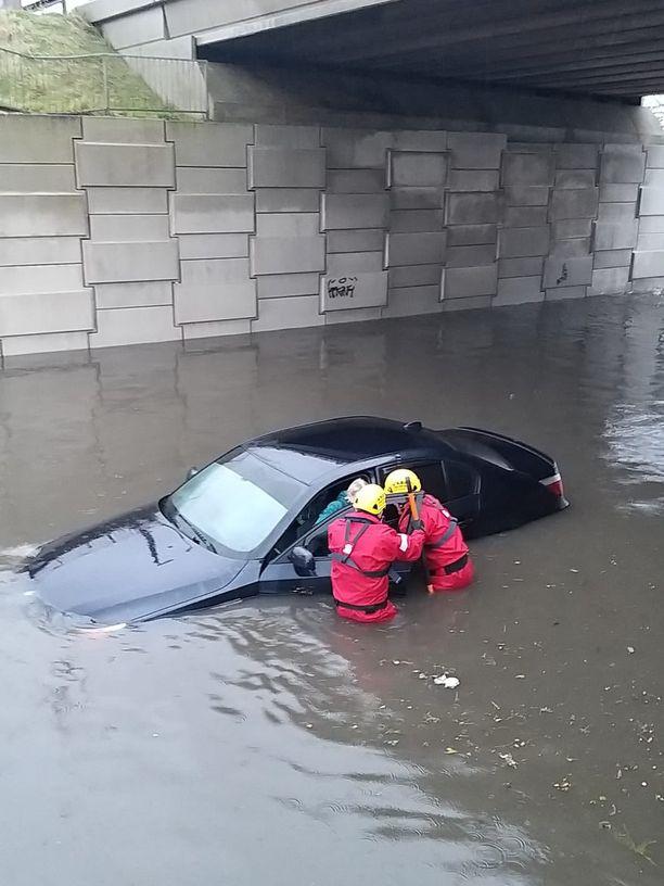 Britanniassa autoja upposi veteen.