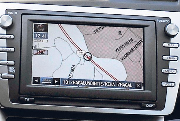 Navigointilaite on 3 100 euron hintainen lisävaruste. Opastuksen saa myös suomeksi tai ruotsiksi.