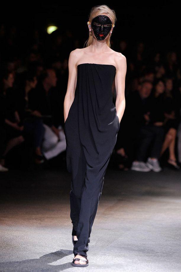 Henna Lintukangas käveli Givenchyn catwalkilla musta naamari ja jumpsuit yllään.