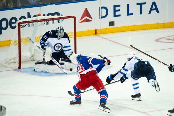 Kaapo Kakko ei ujostellut NHL-debyytissään.