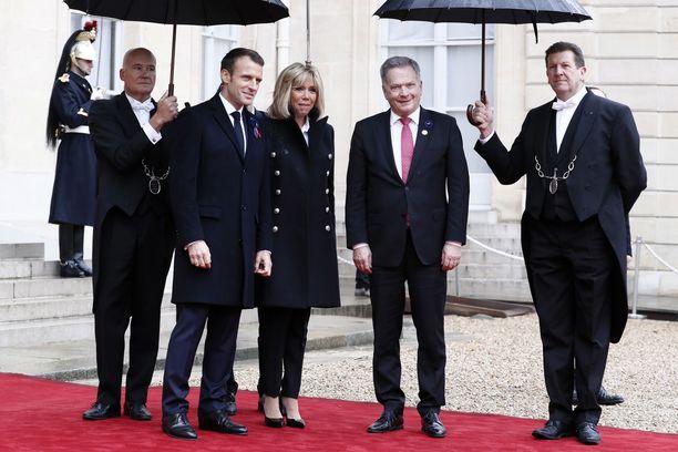 Ensimmäisen maailmansodan päättymisen muistojuhlaa isännöinyt presidentti Emmanuel Macron ja presidentin puoliso Brigitte Macron presidentti Sauli Niinistön kanssa Élysee-palatsilla.