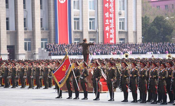 Perhe joutuu poistumaan Pohjois-Koreasta aina kolmen kuukauden välein viisumien takia.
