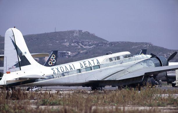 Ellinikon rapistuvalta aavekentältä löytyy myös käytöstä poistettuja lentokoneita.