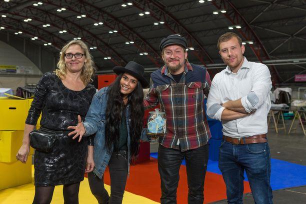 Pirjo, Sofia, Jarppi ja Miro ovat kirppistelyn pauloissa uutuussarjan aloitusjaksossa.