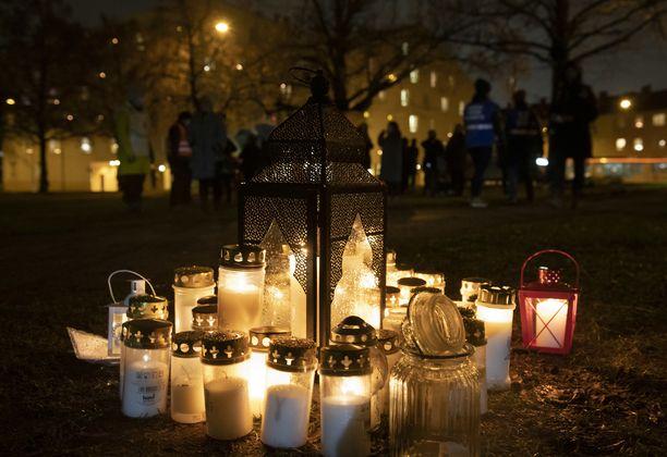 Teinimurha on järkyttänyt etenkin Koskelan alueella. Kuva asukkaiden yhteisestä kynttilähetkestä joulukuun lopulla.