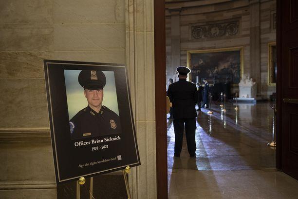 Poliisi Brian Sicknickiä muistettiin helmikuun alussa Capitolissa.