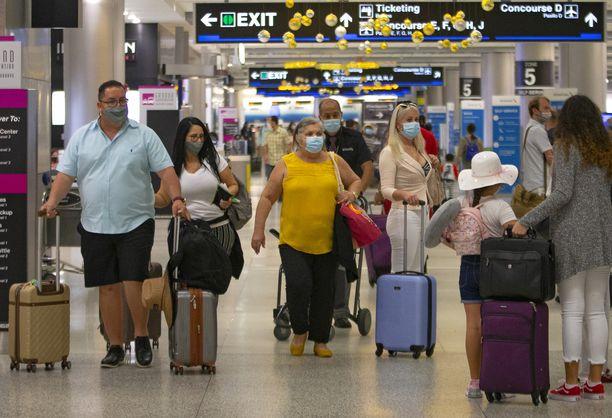 Miljoonien amerikkalaisten pelätään matkustavan halki Yhdysvaltojen kiitospäivän viettoon. Kuva sunnuntailta Miamin lentoasemalta Floridasta.