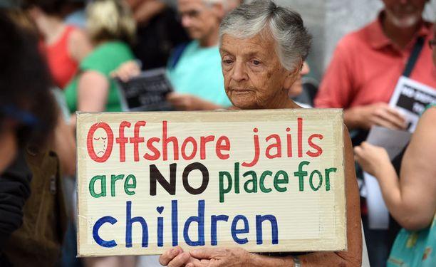 Australiassa on järjestetty useita mielenosoituksia Naurulle sijoitettujen turvapaikanhakijoiden hyväksi. Kuva Brisbanessa järjestetystä mielenilmauksesta.