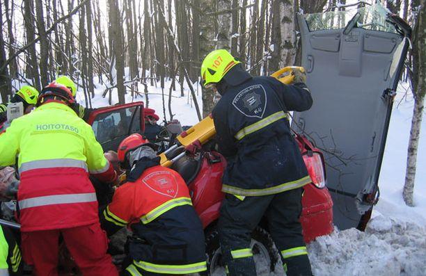 Auton katto jouduttiin irrottamaan, jotta kuljettaja saatiin ulos autosta.