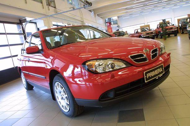 Itsemurhamies ohjasti kuvan auton kaltaista vuosimallin 2001 Nissan Primeralla.
