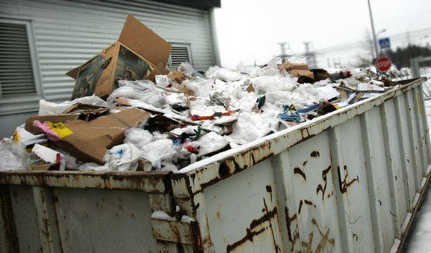 Kaikki jätteet eivät päädy asianmukaisesti kaatopaikalle. Hämäräperäisellä kierrätyksellä tehdään isoakin bisnestä.