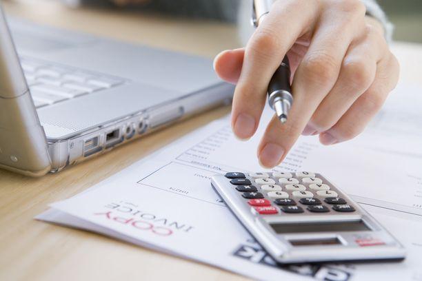 Suomalaisista kotitalouksista 7,7 prosenttia ei pystynyt maksamaan tiettyjä asumiseen liittyviä laskuja ajoissa vuonna 2018, kertoo Eurostatin tilasto. Kuvituskuva.