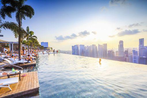 Singaporelaisen Marina Bay Sands -hotellin kattouima-allas on varsin valokuvattu.