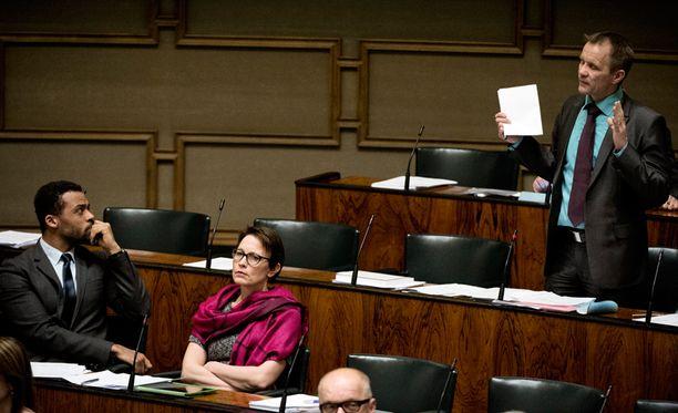 Eduskunta keskusteli torstaina tasa-arvoisesta avioliittolaista. Vihreiden Jani Toivola kuuntelee perussuomalaisten Mika Niikon puhetta. Toivolan vieressä Satu Haapanen vihreistä.