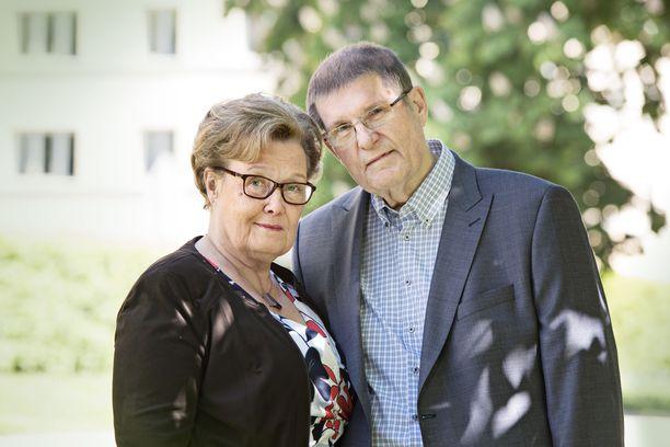 Eva-Riitta ja Matti Siitonen viettävät paljon aikaa lastenlapsensa Vienon kanssa. Matti kuljettaa tätä harrastuksiin, Eva-Riitta laittaa mukaan eväsrasian.