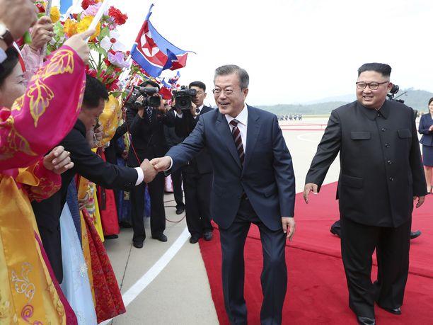 Moon Jae-in tervehti paikallisia saavuttuaan Pohjois-Koreaan.