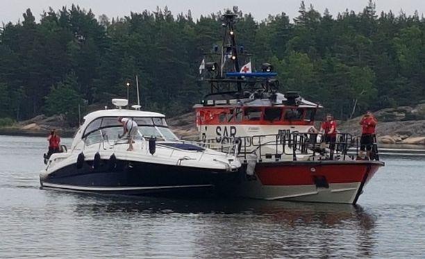 Kuvassa oleva yli ajanut vene on useampaa luokkaa suurempi kuin alle jäänyt pienvene.