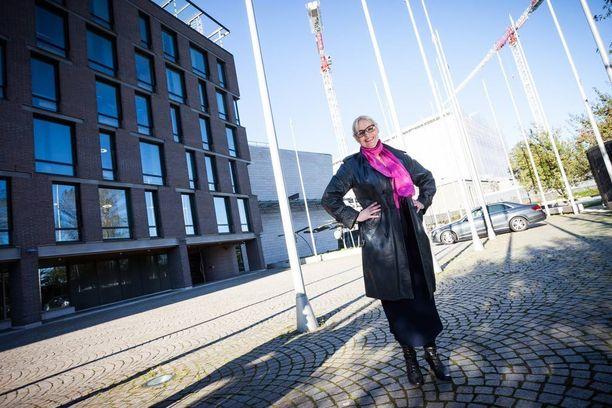 Kansanedustaja Veera Ruoho ihmettelee, että kansanedustajien matkoihin suhtaudutaan ikään kuin saavutettuna etuina.