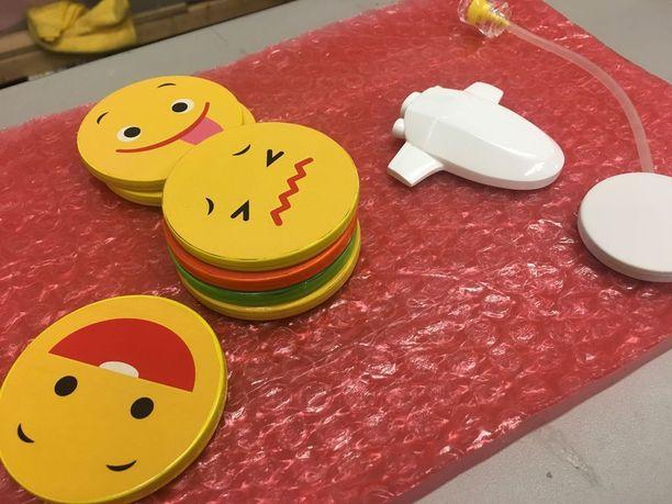 Lapset voivat kommunikoida ankan kanssa mielialoja kuvaavien kiekkojen avulla. Kiekoilla voi vaikuttaa ankan elehtimiseen.