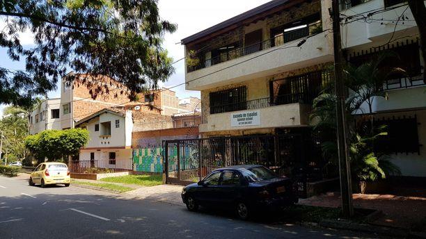 Kuvassa näkyvän julisteilla päällystetyn talon tiilikatolle Pablo Escobarin taru lopulta päättyi 25 vuotta sitten. Steven Murphy oli yksi tapahtuman todistajista.