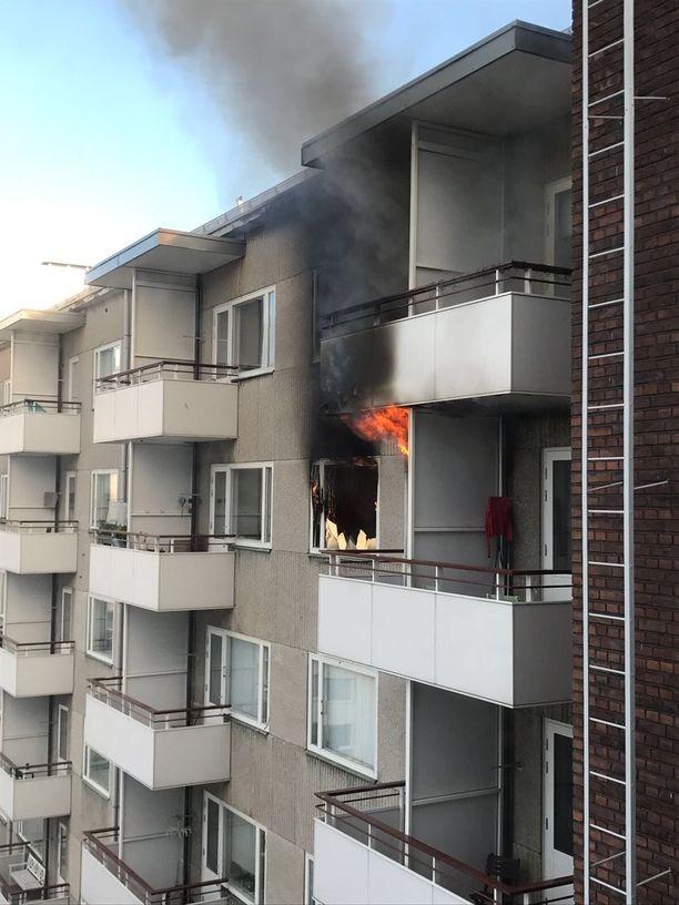 Palo syttyi kuudennessa kerroksessa sijaitsevassa yksiössä. Asukkaita ei ollut paikalla.