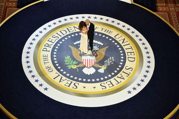Donald ja Melania Trump tanssivat ensitanssin aluksi yksin virkaanastujaisjuhlassa 20.1.2017.