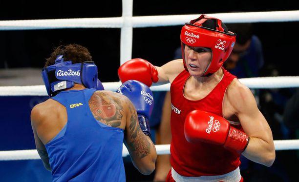 Mira Potkonen (oikealla) voitti avausottelussaan Brasilian Adriana Araujon hajaäänin.