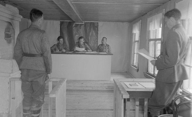 Kenttäoikeudessa käsiteltiin sekä talvi- että jatkosodan aikana sotilaiden ja miehitetyn alueen väestön tekemiä rikoksia. Kuva kenttäoikeudesta 1942. Suomen sotakuvien arkistokokoelmassa ei kuitenkaan kerrota, millaista asiaa tässä istunnossa käsiteltiin. Kuva: Tauno Norjavirta/Sa-kuva