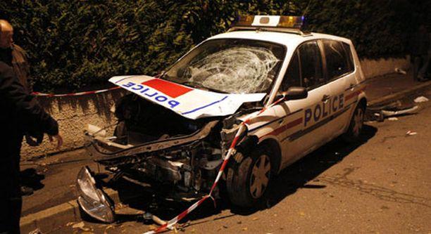 Poliisit joutuivat nuorison raivon kohteeksi Pariisissa.
