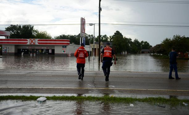 Viranomaisten mukaan 11 ihmistä on kuollut Louisianan osavaltiota riivaavissa tulvissa.