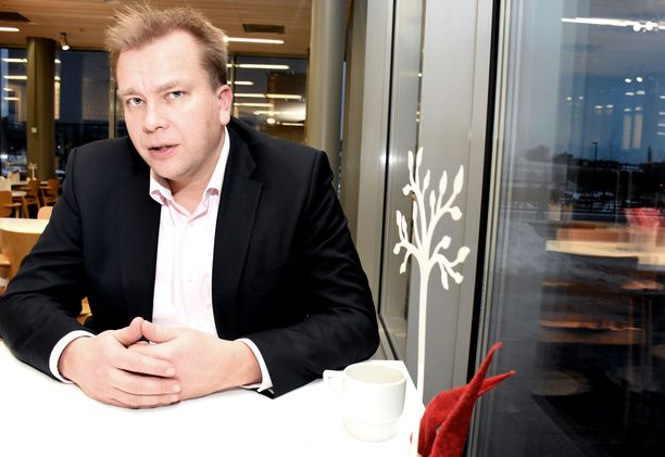 Antti Kaikkonen on puolustusministeri, tänään hän ilmoittaa, haluaako myös keskustan puheenjohtajaksi.