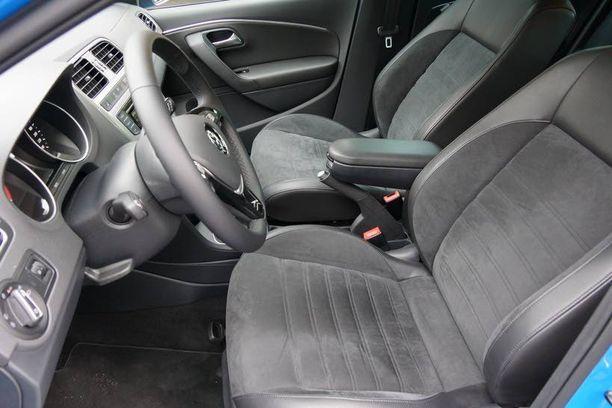 Ajoautomme lisähintaiset nahka-alcantaraistuimet ovat tyylikkäät. Istuinosa vain on turhan lyhyt.