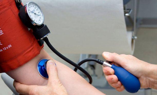 Esimerkiksi kasvis- ja hedelmäpainotteinen ruoka, suolan vähentäminen ja liikunta auttavat verenpaineen laskemisessa.