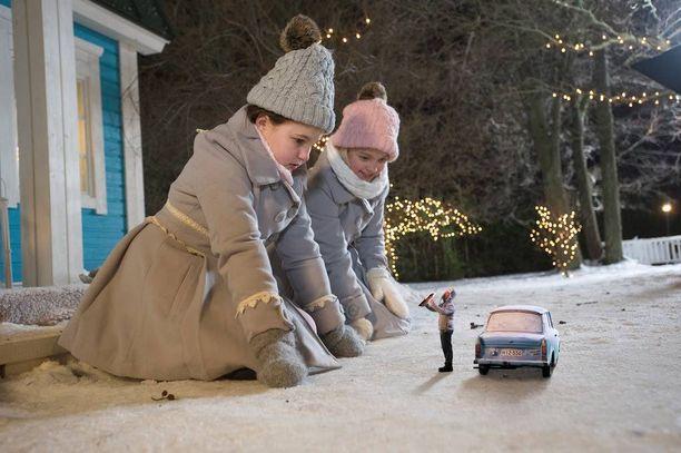 Vaaksanheimon pikkuihmiset muuttavat elokuvassa Onnelin ja Annelin nukkekotiin.