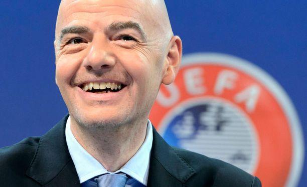 Uefan pääsihteeri Gianni Infantino hoitaa arvonnat suurella tyylillä.
