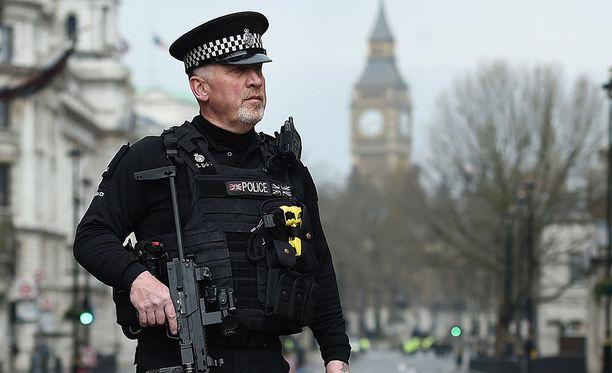 Aseistetut poliisit partioivat Lontoossa tehostetusti keskiviikon iskun jälkeen.