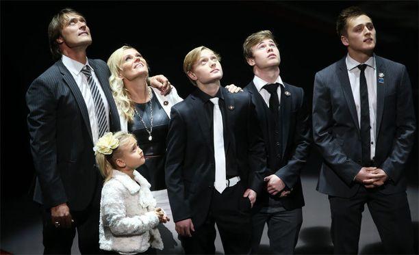 Koko Selänteen perhe oli Teemun rinnalla seremoniassa.