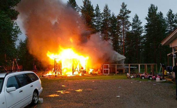 Koiran aitaus sijaitsee aivan tuleen syttyneen autotallin kupeessa oikealla.