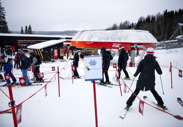 """""""Pysy sauvanmitan päässä"""", komensi kyltti laskettelijoita Ruotsin Åressa vuodenvaihteessa. Turvavälien pitäminen on tärkeää alkavalla hiihtolomakaudellakin."""