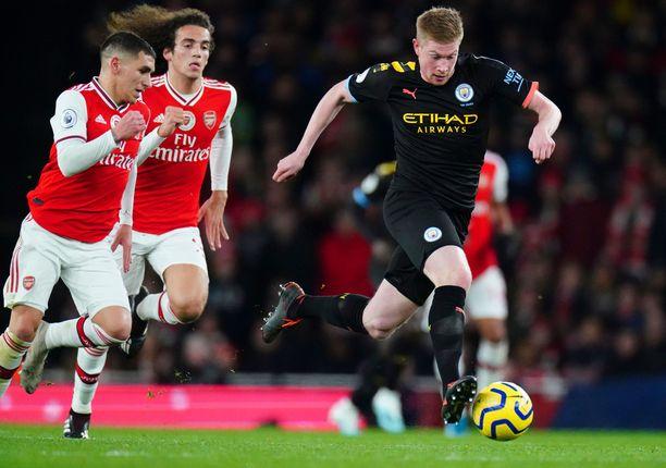 Arsenalin pelaajat eivät saaneet Kevin De Bruynea (oik.) kuriin Emirates-stadionilla.