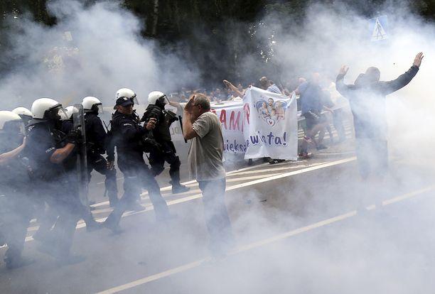 Poliisi käytti kyynelkaasua nuoria miehiä vastaan, jotka yrittivät estää puolalaisen Bialystokin kaupungin Pride-kulkuetta etenemästä lauantaina.