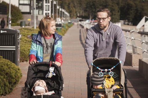 Marja Salo näyttelee Summasen naapuria Enniä, joka on niin ikään jäänyt yksinhuoltajaksi.