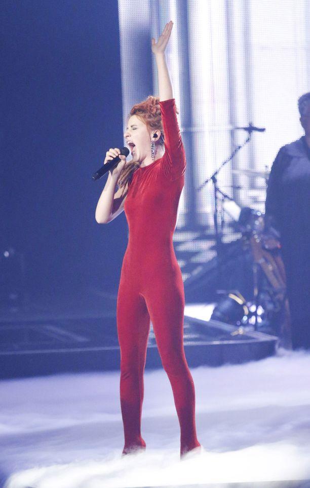 """Natia Todua esitti semifinaalissa Adelen """"Someone Like You"""" -kappaleen akustisena. - Natia loi ainutlaatuisen version tuosta biisistä käsittämättömällä äänellään, TVOG-ohjelmassa todettiin."""