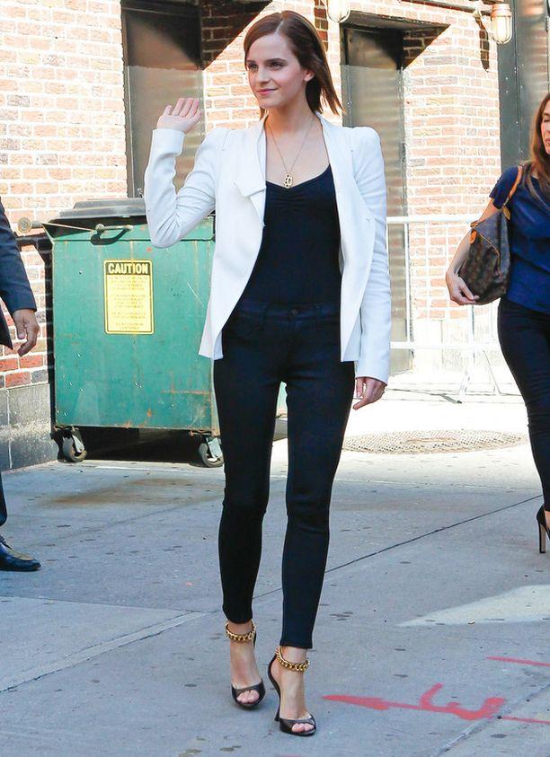 Kokeile vaaleaa bleiseriä. Se tekee asiallisestakin tyylistä raikkaan eikä vanhenna ainakaan Emma Watsonia.