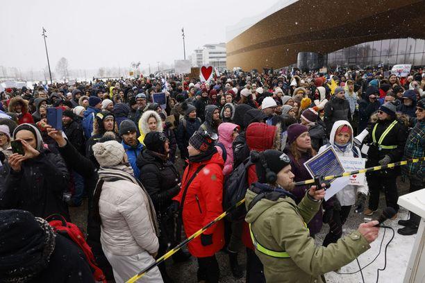 Koronarajoituksia vastustavaan mielenilmaukseen kokoontui väkeä maaliskuussa. Tälle päivälle on suunnitteilla marssi, josta ei ole tehty ilmoitusta poliisille.