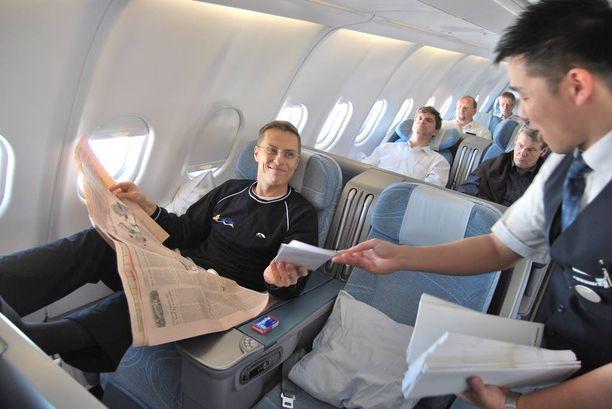 Ulkomaankauppaministeri Alexander Stubb (kok) palasi Japanista väljästi bisnesluokassa vuonna 2011.