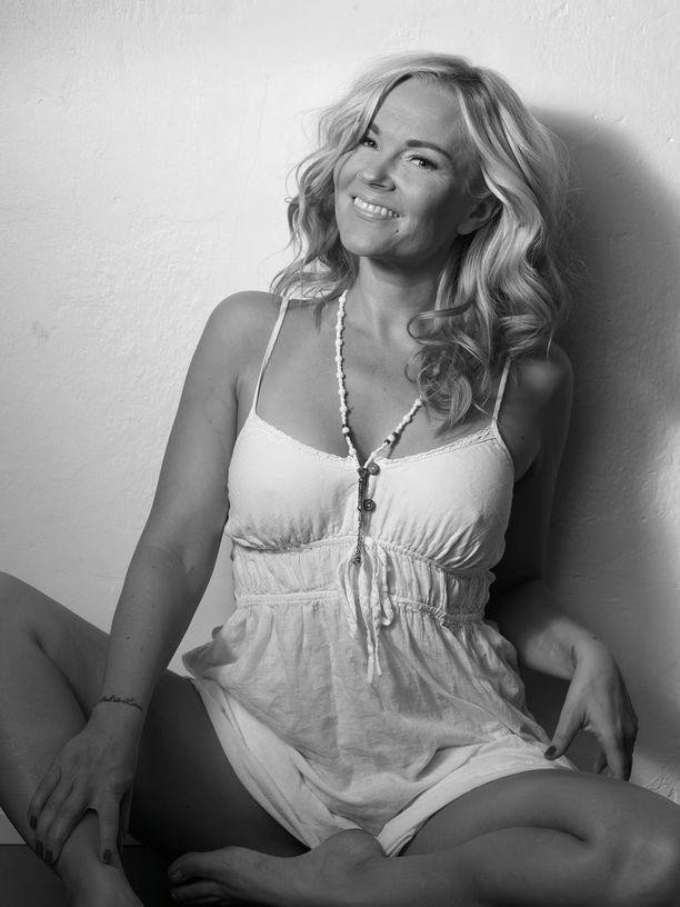 Susanna Tanni poseeraa nuorekkaana tuoreissa mustavalkoisissa kuvissa.