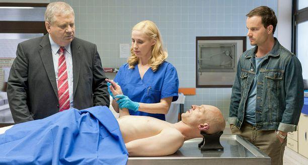 Koppava apulaislääkäri kokee kaamean kohtalon.