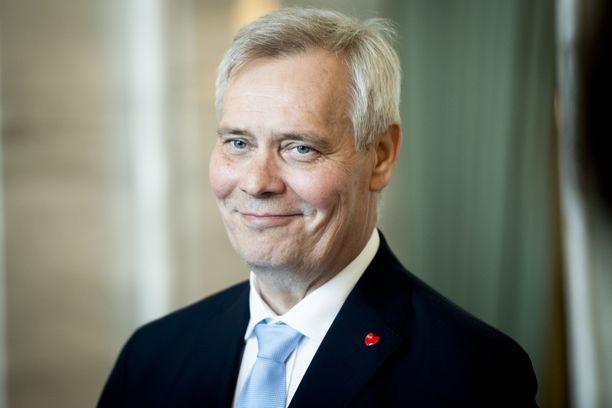 Pääministeri Antti Rinne (sd) sai 10 prosentin palkankorotuksen ensimmäisenä työpäivänään.